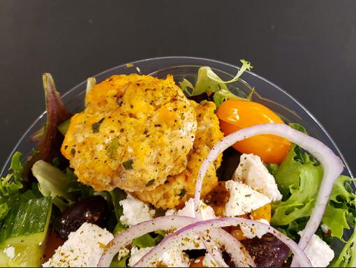 Salade grecque au saumon