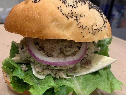 Sandwich au poulet pesto et brie